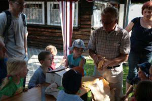 Walter Flohr bastelt zusammen mit den Kindern Kerzen aus Bienenwachs