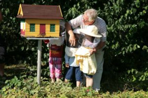 Keine Angst vor Bienen vermittelt Walter Flohr den Kinden am Bienenhotel