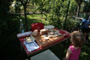 Nach getaner Arbeit gab es für die Kleinen und Großen ein selbst gebackenes Brot. Natürlich mit Honig