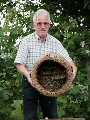 Walter Flohr zeigt die Unterseite des historischen Korbes. Hier kann man genau den Aufbau erkennen. Ein solcher Bienenkorb kann 25kg und mehr wiegen